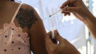 Eine Frau lässt sich während einer Impfkampagne in Sao Joao de Meriti, Brasilien, am Mittwoch, 11. August 2021, gegen COVID-19 impfen.