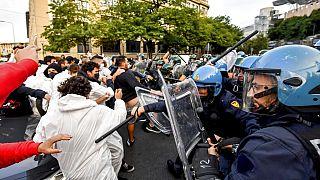 Des activistes du climat font face à la police à Milan, le 30 septembre 2021