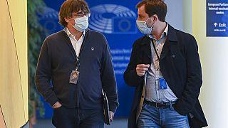 Carles Puigdemont (izquierda), europarlamentario, de vuelta al Parlamento Europeo en Bruselas, el lunes 27 de septiembre, tras su arresto en Cerdeña (Italia)