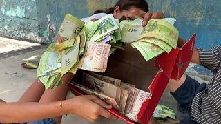 أطفال في فنزويلا يلعبون بأوراق العملة النقدية بعد أن فقدت قيمتها