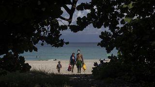 Las autoridades cubanas han empezado a relajar las restricciones por la covid en varias ciudades como La Habana y Varadero.