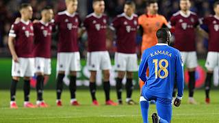 Glen Kamara térdel az Európa Liga A-csoportjának a Sparta Prague-val játszott meccse előtt  szeptember 30-án