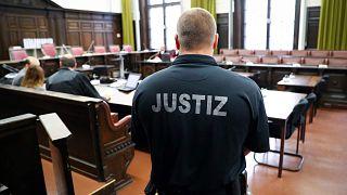 ضابط يقف في قاعة المحكمة قبل محاكمة محمد.س. (جاسوس تركي مزعوم يواجه تهماً بالتجسس)، هامبورغ، ألمانيا، 7 سبتمبر 2017