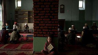 ابنة أخت المعلم تجلس بمفردها في فصل دراسي بينما يحضر الأولاد صفًا لحفظ القرآن، في مدرسة في كابول، أفغانستان، الثلاثاء 28 سبتمبر 2021