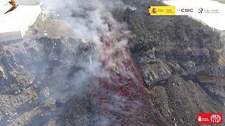 Am Vulkan  hat sich ein neuer Spalt aufgetan, aus dem sich Lava in Richtung Meer ergießt
