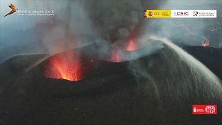 La lava fluye por las nuevas bocas del volcán de La Palma