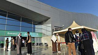 """السعودية نيوز        السعودية تشترط على مواطنيها """"التطعيم الكامل"""" لدخول الأماكن العامة ووسائل النقل"""