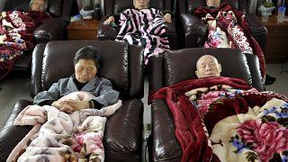 Ebéd utáni kollektív szunyókálás egy pekingi idősotthonban