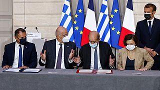 Στιγμιότυπο από την υπογραφή της αμυντικής συμφωνίας Ελλάδας - Γαλλίας στο Παρίσι