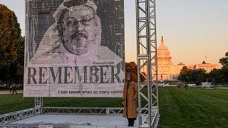 السيدة خديجة جنكيز خطيبة الكاتب السعودي جمال خاشقجي تقف أمام صورة له بالعاصمة واشنطن. 01/10/2021