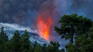 """حمم بركان """"كومبري فييخا"""" ما تزال تنبعث في لابالما بجزر الكناري الإسبانية. 02/10/2021"""