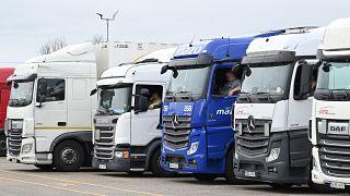 عدد من سائقي الشاحنات ينتظرون في جنوب شرق إنجلترا بعد أن أغلقت فرنسا الحدود بسبب فيروس كورونا. 22/12/2020