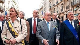 جان ماري لوبان زعيم اليمين المتطرف سابقا مع ابنته مارين لوبان زعيمة التجمع الوطني يتقدمان مظاهرة لحزب الجبهة الوطنية عام 2005