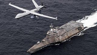 """طائرة استطلاع مسيرة """"أمـ كيو9 سي غاردبان"""" تحلق فوق حاملة الطائرات """"يو إس إس كورونادو في المحيط الهادئ. 2021/04/21"""