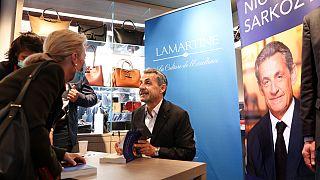 """Ex-presidente de França durante a sessão de autógrafos de """"Promenades"""""""