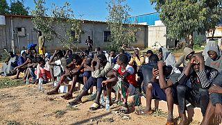 مهاجرون نجوا من غرق سفينة، يتجمعون في منطقة على ساحل الخمس، مدينة ساحلية على بعد 120 كيلومتراً غرب العاصمة الليبية طرابلس، 12 نوفمبر 2020