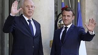 صورة من الارشيف - إيمانويل ماكرون أثناء استقباله  قيس سعيد في قصر الإليزيه في باريس، 22 يونيو 2020