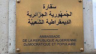 لوحة على واجهة السفارة الجزائرية في باريس