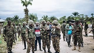 صورة من الارشيف -  ضباط من القوات المسلحة لجمهورية الكونغو الديمقراطية في أعقاب هجوم نفذه عناصر من جماعة الحلفاء الديمقراطية المتمردة.