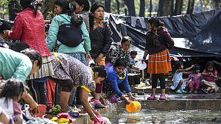 Groupe d'indigènes Embera dans un parc du centre de Bogota (Colombie), le 02/10/2021