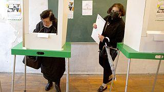 Dos mujeres votan en un colegio electoral de Tiflis