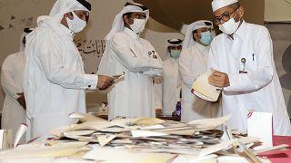 فرز أصوات الناخبين في مركز اقتراع في العاصمة القطرية الدوحة. 2021/10/02