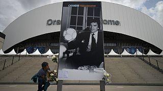 Vor dem Vélodrome-Stadion in Marseille trauerten viele Fans von Olympique Marseille um den Ex-Präsidenten Bernard Tapie