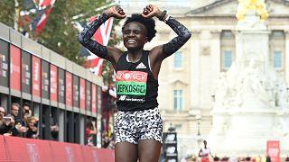 العداءة الكينية جوسيلين جبكوسجي تفوز بماراثون لندن للسيدات. 03/10/2021