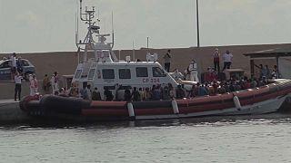 Centenas de migrantes chegaram este domingo a Lampedusa