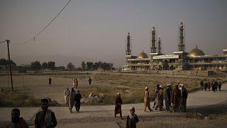 طلبة أفغان يقفون أمام مسجد خاتم الأنبياء في كابل. 2021/09/29