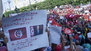 تونسيون يرددون شعارات مؤيدة للرئيس قيس سعيد خلال تجمع حاشد في شارع الحبيب بورقيبة بالعاصمة تونس ، في 3 أكتوبر 2021.