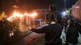 Testemunhas observam o incêndio na Ponte da Indústria, em Roma