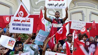تونسيون مؤيدون للرئيس قيس سعيد خلال وقفة دعم بالعاصمة تونس. 03/10/2021
