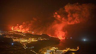 Fotografía nocturna de la lava llegando al mar en la isla de La Palma