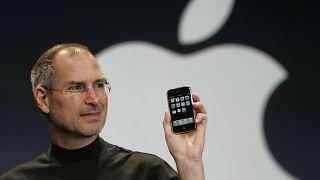 الرئيس التنفيذي لشركة آبل ستيف جوبز يحمل هاتف آيفون خلال معرض ماكوورلد في سان فرانسيسكو. 2007/01/09