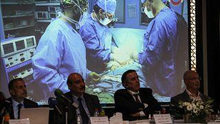 أعلن أعضاء فريق طبي أردني أنهم أجروا عملية نادرة استغرقت ثماني ساعات لفصل توأمين ملتصقين يمنيين ، الصيف الماضي ، خلال مؤتمر صحفي في العاصمة الأردنية عمان ، في 3 أكتوبر 2021.