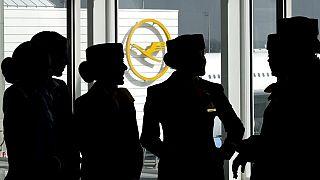 Archivfoto einer Lufthansa-Crew in Wartestellung