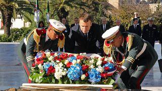 الرئيس الفرنسي إيمانويل ماكرون يضع إكليلا من الزهور على النصب التذكاري للجندي المجهول بالعاصمة الجزائرية. 6 ديسمبر2017.