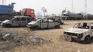 صورة من الارشيف - سيارات أحرقها أعضاء مشتبه بهم في ولاية غرب إفريقيا التابعة لتنظيم الدولة الإسلامية