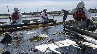 Einsatzkräfte bemühen sich um Schadensbegrenzung bei der Ölpest in Orange County, 3.10.2021