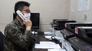 Νοτιοκορεάτης αξιωματούχος επικοινωνεί με τους βορειοκορεάτες συναδέλφους του στην αποστρατικοποιημένη ζώνη