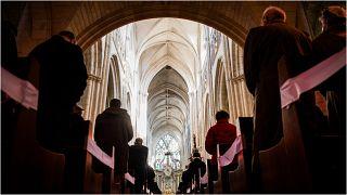 مؤمنون يحضرون قدّاساً في كاتدرائية لوكون، غرب فرنسا، في 14 آذار/مارس 2021 تم تنظيمه بعد إزاحة الستار عن لوحة تكريماً للأطفال ضحايا الاعتداء الجنسي من قبل القساوسة