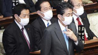 رئيس الوزراء السابق شينزو آبي،  يسير بالقرب من فوميو كيشيدا، رئيس الوزراء في مجلس النواب بالبرلمان في طوكيو، اليابان.