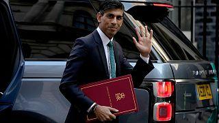 ريشي سوناك، وزير المال البريطاني أمام  مبنى مجلس البرلمان في لندن.