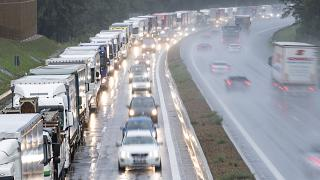 Torlódnak a kamionok az A12-es autópályán az ausztriai Ebbs közelében 2019. július 29-én - ARCHÍV KÉP