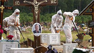 Photo d'archive : Enterrement d'une victime du Covid-19, dans un cimetière près de St-Pétersburg - le 30/06/2020
