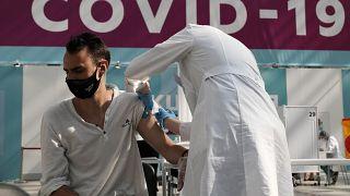 Covid, record di decessi in Russia: quasi 900 in un solo giorno