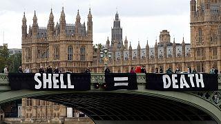 لافتات ضد شركة شل النفطية في لندن رفعها ناشطون بيئيون، 28 أغسطس 2020