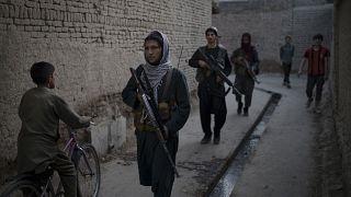 مقاتلو طالبان بدورية في أحد أحياء كابول بحثا عن رجل متهم في حادث طعن، أفغانستان.