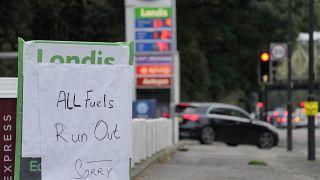 لافتة تعلن نفاذ الوقود عند مدخل محطة بنزين في لندن.